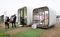 Nederland Eindhoven  2015. Dutch Design Week. 9 dagen lang presenteert DDW op 100 locaties processen, experimenten en ideeën, antwoorden en oplossingen van 2400 designers.  Bezoekers bij Strijp-S. Tijdelijke units van het modulaire AirClad systeem