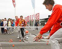 20-9-07, Netherlands, Rotterdam, Daviscup NL-Portugal, Streettennis met het Daviscupteam op het voorplein van Ahoy, Jan Siemerink helpt een spelertje een handje en slaan een bal naar Robin Haase