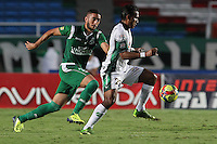 CALI -COLOMBIA-26-10-2013. Luis Calderon (I) del Deportivo Cali disputa el balón con Henry Hernández (D) de La Equidad durante partido válido por la fecha 16 de la Liga Postobón II 2013 jugado en el estadio Pascual Guerrero de la ciudad de Cali./ Deportivo Cali player Luis Calderon (L) fights for the ball with La Equidad player Henry Hernandez (R) during match valid for the 16th date of Postobon League II 2013 played at Pascual Guerrero stadium in  Cali city. Photo: VizzorImage/Juan C. Quintero/STR