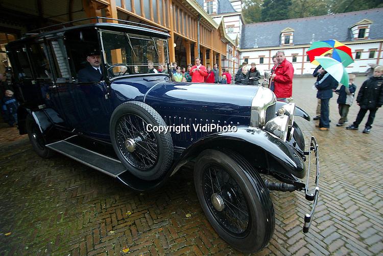 Foto: VidiPhoto..APELDOORN - Op Paleis het Loo in Apeldoorn werd zaterdag en zondag een grote collectie rij- en voertuigen van de koninklijke familie getoond. Bovendien werden enkele rijtuigen aangespannen en werd er met enkele voertuigen gereden. Dat alles gebeurde in het kader van een ingrijpende renovatie van de koninklijke stallen die onlangs is afgerond. Foto: De Minerva van Prins Hendrik uit 1923.