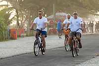 RIO DE JANEIRO, RJ, 29.05.2015 - ARNOLD SCHWARZENEGGER - Arnold Schwarzenegger pedala pela orla na praia da Barra da Tijuca, na zona oeste, nesta sexta-feira (29). (Foto: João Mattos / Brazil Photo Press)