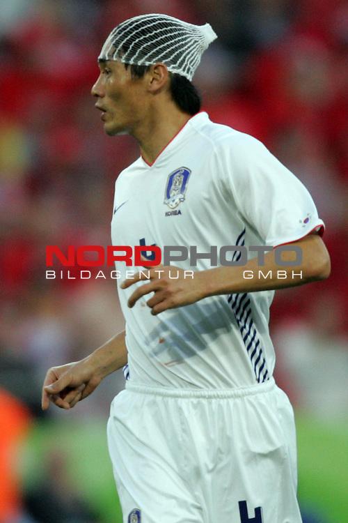 FIFA WM 2006 -  Gruppe G  Vorrunde ( Group G )<br /> Play    #46 (23-Jun) - Schweiz - S&uuml;dkorea<br /> <br /> Jin Cheul Choi von Korea nach Zusammenstoss mit Haarnetz und Kopfverband.<br /> <br /> Foto &copy; nordphoto