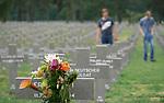 Foto: VidiPhoto<br /> <br /> YSSELSTEYN &ndash; Behalve de aanwezigheid van hoveniers en een enkele bezoeker ligt de enorme en keurig onderhouden militaire begraafplaats van Duitse soldaten in Ysselsteyn in Noord-Limburg er donderdag zelfs in de vakantie verlaten bij. Op een bezoek aan het enige ereveld in Nederland voor Duitse militairen (bijna 32.000) ligt voor velen nog steeds een taboe, mede veroorzaakt doordat er ook ruim 500 foute Nederlanders liggen begraven. Dat zijn zowel burgers als soldaten die in Duise krijgsdienst hebben gediend. De begraafplaats is eigendom van de Duitse oorlogsgravenstichting, de Volksbund. De meeste militairen die in Ysselsteyn begraven liggen zijn in 1944 gesneuveld tijdens de bevrijding van Zuid-Nederland, onder wie een ver familielid van prins Bernhard. Zo&rsquo;n 700 zijn niet ge&iuml;dentificeerd. Nog steeds worden er militairen bijgezet die tijdens opgravingen worden gevonden.