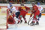 Duesseldorfs Goalie Mathias Niederberger (Nr.35)  und Duesseldorfs Marco Nowak (Nr.8) suchen den Puck beim Spiel in der DEL, Duesseldorfer EG (rot) - Adler Mannheim (weiss).<br /> <br /> Foto © PIX-Sportfotos *** Foto ist honorarpflichtig! *** Auf Anfrage in hoeherer Qualitaet/Aufloesung. Belegexemplar erbeten. Veroeffentlichung ausschliesslich fuer journalistisch-publizistische Zwecke. For editorial use only.