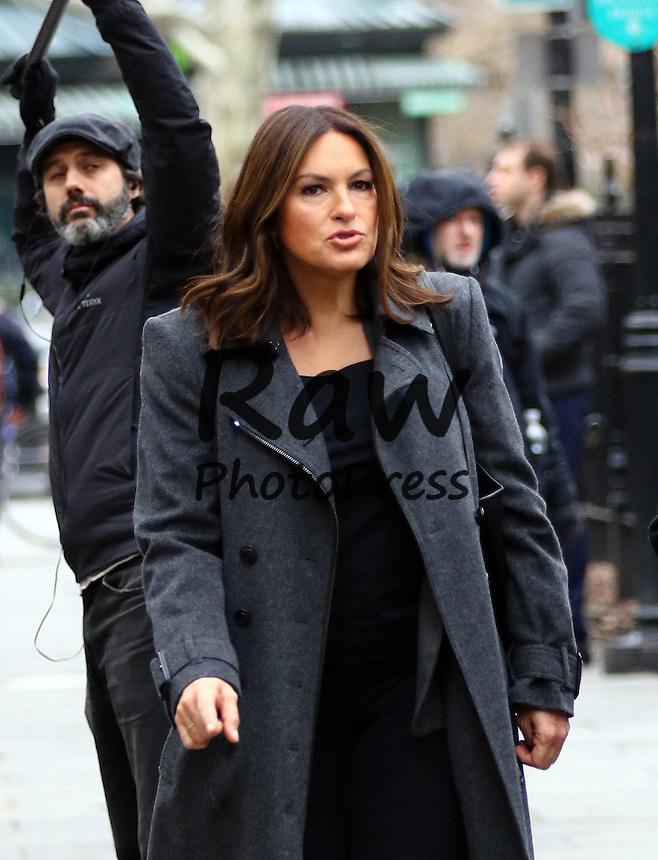 Mariska Hargitay y Ra&uacute;l Esparza han estado grabando escenas de la serie 'Ley y Orden' en Nueva York.<br /> <br /> Feb. 25, 2016 - New York City, NY, USA - Actors Mariska Hargitay and Raul Esparza was on the set of the TV show 'Law and Order: SVU' on February 25 2016 in New York City.