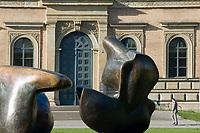 Deutschland, Bayern, Oberbayern, Muenchen: Alte Pinakothek, Eingang, Gemaeldegalerie, erbaut 1826-1836, Plastik von Moore | Germany, Bavaria, Upper Bavaria, Munich: Old Pinakothek, entrance, picture gallery, built 1826-1836, sculpture by Moore