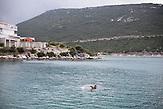 Strandszene in Neum, BIH. Viele Touristen aus Osteuropa verbringen ihren Adriaurlaub in der kleinen Stadt, angezogen von den günstigen Preisen und der Nähe zu Split, Dubrovnik und Mostar. Neum liegt in Bosnien-Herzegovina und stellt den einzigen Meerzugang des Balkanlandes dar. Auf einer Länge von 9 km durchschneidet der Ort das kroatische Staatsgebiet (Neum-Korridor). Seit dem EU-Beitritt Kroatiens ist Neum auf beiden Seiten von EU-Außengrenzen eingeschlossen. / A scene in Neum, BIH. Many tourists from eastern european countries choose the small town of Neum as their summer vacation destination. Cheap Prices and the close distance to Dubrovnik and Split in Croatia and to Mostar in Bosnia make the small citiy of Neum a good choice to spend the summer. Neum is the only place in Bosnia and Herzegovina where the country has access to the adriatic sea. Over a length of 9 kilometers the area cuts Croatian territory in two pieces. Since Croatia became part of the European Union, the city of Neum is enclosed between two EU-boarders.