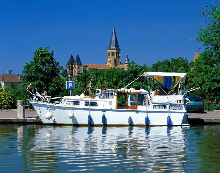 Frankreich, Burgund, Saone & Loire, Paray-le-Monial: Boot auf der Bourbince vor der Basilique du Sacré-Coeur (spaetes 11. Jh.)  | France, Burgundy, Saone & Loire, Paray-le-Monial, Boat on river Bourbince, background Basilique du Sacré-Coeur (late 11th century)