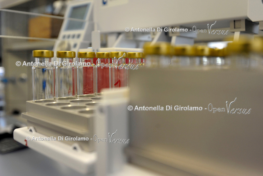 Laboratorio di chimica e analisi sensoriale. Laboratory of chemical and sensory analysis..Heracles II, gascromatografo, analizzatore di odori e aromi. Profilo Sensoriale & Caratterizzazione dettagliata degli Aromi..Heracles II gas chromatograph analyzer odors and flavors. Sensory Profile & Detailed characterization of Fragrances.Laboratorio chimico.Il laboratorio Coop Italia si occupa dell'analisi, controllo e gestione della sicurezza alimentare.