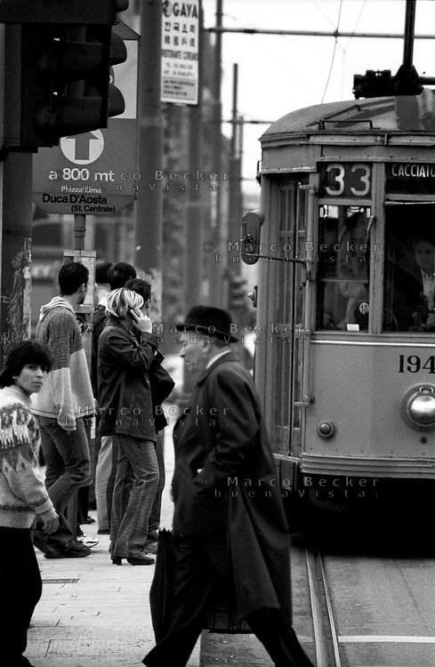 milano, fermata del tram in piazza duca d'aosta presso la stazione centrale --- milan, tram stop in duca d'aosta square by the central station