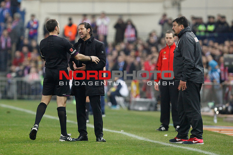 Atletico de Madrid¬¥s coach Diego Simeone (c) talks to the referee Mateu Lahoz during La Liga match at Vicente Calderon stadium in Madrid, Spain. January 11, 2014. Foto © nph / Victor Blanco)