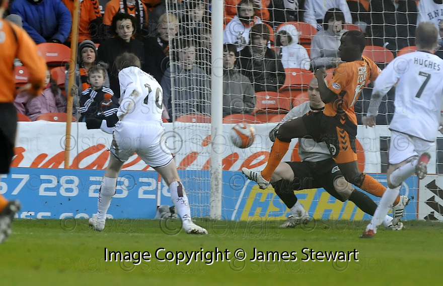 18/01/2009  Copyright Pic: James Stewart.File Name : sct_jspa06_dundee_utd_v_motherwell.DAVID CLARKSON SCORES THE THIRD.James Stewart Photo Agency 19 Carronlea Drive, Falkirk. FK2 8DN      Vat Reg No. 607 6932 25.Studio      : +44 (0)1324 611191 .Mobile      : +44 (0)7721 416997.E-mail  :  jim@jspa.co.uk.If you require further information then contact Jim Stewart on any of the numbers above.........