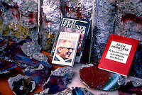 BERLINO / GERMANIA - 20 NOVEMBRE 1989.PEZZI DI MURO E LIBRI DI HONECKER IN VENDITA NEI PRESSI DEL CHECKPOINT CHARLIE..FOTO LIVIO SENIGALLIESI..BERLIN / GERMANY - 20 NOVEMBER 1989.PIECES OF BERLIN WALL AND BOOKS WRITTEN BY DDR PRESIDENT HONECKER SOLD NEAR CHECKPOINT CHARLIE..PHOTO BY LIVIO SENIGALLIESI