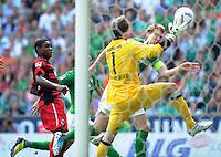 FUSSBALL   1. BUNDESLIGA   SAISON 2011/2012    3. SPIELTAG SV Werder Bremen - SC Freiburg                             20.08.2011 Per MERTESACKER (hinten, Bremen) scheitert an Cedrick MAKIADI (li) und Torwart Oliver BAUMANN (vorn, beide Freiburg)