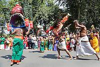 Nederland, Den Helder  2016  06 26. Jaarlijkse tempelfeest bij de Hindoe tempel in Den Helder.. Vereniging Sri Varatharaja Selvavinayagar voltooide in 2003 het gebouw dat wordt gebruikt voor het bevorderen van kunst en cultuur. Een ander deel wordt gebruikt voor het praktiseren van religieuze waarden. Het hoogtepunt van de feestperiode is het voorttrekken van de wagen ( chithira theer of ratham ). Dit is een kleurrijke optocht, waarbij de godheid Ganesh in de wagen wordt voortgetrokken door gelovigen.  Rituele dans tijdens de optocht. Bij enekel mannen zijn haken aangebracht in de rug.  Foto Berlinda van Dam /  Hollandse Hoogte