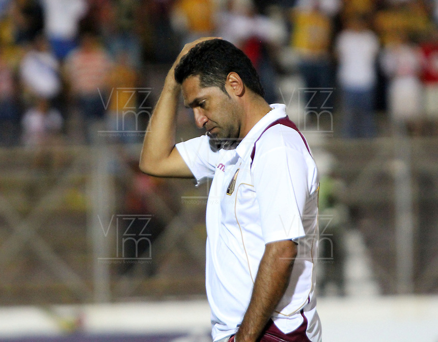 IBAGUÉ -COLOMBIA, 7-07-2013. Tristeza de Carlos Castro director ténico del Deportes Tolima   al perder su clasificación a la final del torneo Liga Postobón  con el  Itagüi ,  durante partido de los cuadrangulares finales, fecha 6, de la Liga Postobón 2013-1 jugado en el estadio Manuel Murillo Toro la ciudad de Ibagué./ <br />