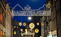 Nederland - Amsterdam -  2018.   De Damstraat bij avond. Foto Berlinda van Dam / Hollandse Hoogte