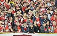 BOGOTÁ -COLOMBIA, 19-11-2015. Hichas de Santa Fe muestras su desconcierto durante el encuentro de vuelta entre Independiente Santa Fe y Atlético Junior por la final de la Copa Postobón 2015 jugado en el estadio Nemesio Camacho El Campín de la ciudad de Bogotá./ Fans of Santa Fe show their bewilderment during the second leg match between Independiente Santa Fe and Atletico Junior for the final of Postobon Cup 2015 played at Nemesio Camacho El Campin stadium in Bogotá city. Photo: VizzorImage/ Gabriel Aponte / Staff