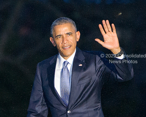 United States President Barack Obama waves to the photographers as he returns to the White House in Washington, D.C. on Thursday, March 26, 2015 following a trip to Birmingham, Alabama, where he hosted a roundtable and delivered remarks on the economy.<br /> Credit: Ron Sachs / Pool via CNP