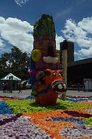 MEDELLÍN - COLOMBIA, 06-08-2015. Los Gigantes de Flores son una de las primeras atracciones que se pueden ver en Feria de las Flores 2015 que se lleva cabo cada año en la ciudad de Medellín, Colombia. Este año el tema de los Gigantes de Flores fue las fiestas nacionales de Colombia./ The Giants Flowers are one of the first attractions to enjoy on the Feria de las Flores 2015 that held every year in Medellin, Colombia. This year the issue is the traditional festivals of Colombia.  Photo: VizzorImage/ León Monsalve /STR
