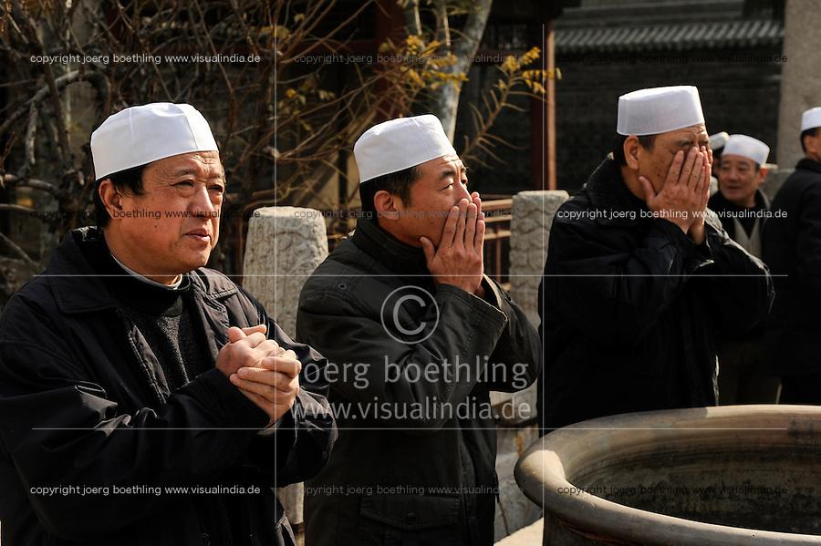 CHINA, Province Shaanxi, city Xian, muslim Hui at friday prayer in Da Qingzhensi great mosque in muslim old town / Muslime Hui beim Freitagsgebet an der Große Moschee Da Qingzhensi im muslimischen Altstadt Viertel