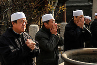CHINA, Province Shaanxi, city Xian, muslim Hui at friday prayer in Da Qingzhensi great mosque in muslim old town / Muslime Hui beim Freitagsgebet an der Große Moschee Da Qingzhensi im muslimischen Altstadt Viertel