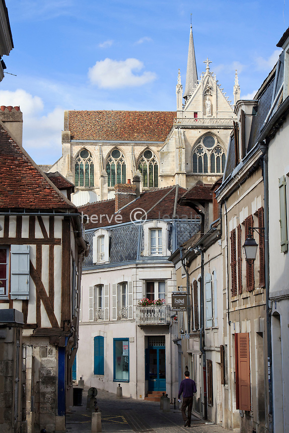 France, Yonne (89), Auxerre, rue Cochois vers l'abbaye Saint-Germain au loin // France, Yonne, Auxerre, Cochois Street to the Abbey of St Germain in the distance