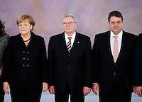 Berlin, Bundeswirtschaftsminister und Vizekanzler Sigmar Gabriel (SPD) und Bundeskanzlerin Angela Merkel (CDU) stehen am Dienstag (17.12.13) im Schloss Bellevue nach der &Uuml;bergabe der Ernennungsurkunden neben Bundespr&auml;sident Joachim Gauck.<br /> Foto: Steffi Loos/CommonLens