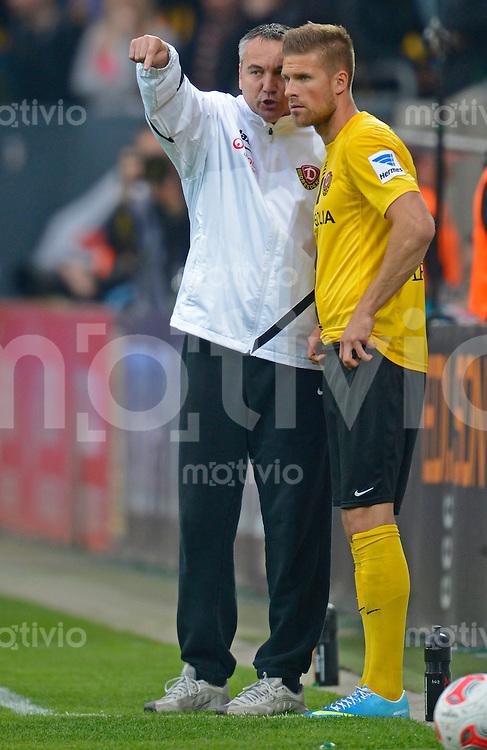 Fussball, 2. Bundesliga, Saison 2012/13, SG Dynamo Dresden - SC Paderborn, Freitag (03.05.13),  Dresdens Trainer Peter Pacult (li.) im Gespraech mit Tobias Kempe.