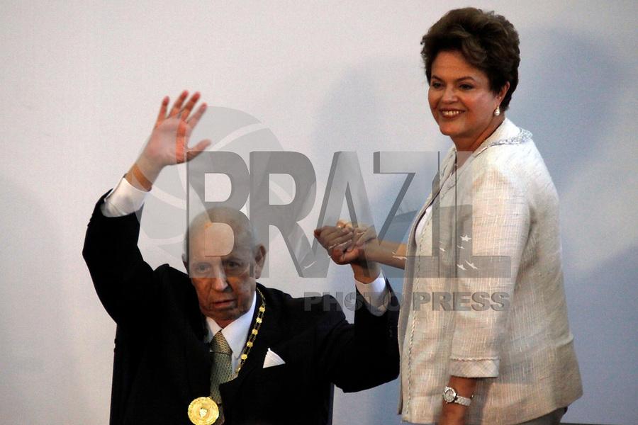 Foto arquivo José Alencar em 25/01/2011 - O Ex-Vice-Presidente da República, José Alencar Gomes da Silva, 79 anos, faleceu às 14h41 desta terça-feira (29/03), no Hospital Sírio-Libanês, em São Paulo, em decorrência de câncer e falência de múltiplos órgãos. -  na foto  - SÃO PAULO, SP, 25 DE JANEIRO DE 2011 - MEDALHA 25 DE JANEIRO - A presidente Dilma Rousseff entrega da Medalha 25 de Janeiro ao ex vice presidente da República José Alencar na sede da Prefeitura de São Paulo, na região central da capital paulista. (FOTO: WILLIAM VOLCOV / NEWS FREE).