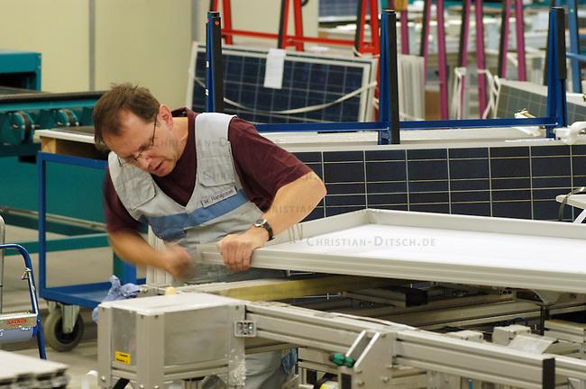 Solarmanufaktur Deutschland (SMD) und aleo solar GmbH betreiben in Prenzlau ein Werk zur Herstellung von Photovoltaik-Solarmodulen.<br /> Hier: Fertigung eines Solarmoduls.<br /> 8.2.2006, Prenzlau<br /> Copyright: Christian-Ditsch.de<br /> [Inhaltsveraendernde Manipulation des Fotos nur nach ausdruecklicher Genehmigung des Fotografen. Vereinbarungen ueber Abtretung von Persoenlichkeitsrechten/Model Release der abgebildeten Person/Personen liegen nicht vor. NO MODEL RELEASE! Nur fuer Redaktionelle Zwecke. Don't publish without copyright Christian-Ditsch.de, Veroeffentlichung nur mit Fotografennennung, sowie gegen Honorar, MwSt. und Beleg. Konto: I N G - D i B a, IBAN DE58500105175400192269, BIC INGDDEFFXXX, Kontakt: post@christian-ditsch.de<br /> Bei der Bearbeitung der Dateiinformationen darf die Urheberkennzeichnung in den EXIF- und  IPTC-Daten nicht entfernt werden, diese sind in digitalen Medien nach &sect;95c UrhG rechtlich geschuetzt. Der Urhebervermerk wird gemaess &sect;13 UrhG verlangt.]