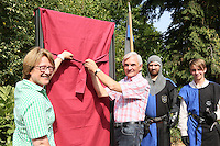 Landtagsabgeordnete Karin Wolff und Dr. Erich Kraft vom Geschichtsverein Eberstadt/Frankenstein enthüllen die neuen Schautafeln am Eingang zur Burg Frankenstein