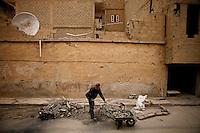 Syria, Deir az-Zor, 2013/03/17..After weeks of fighting, residents clear the roads in Deir az-Zor from waste and debris..Syrie, Deir ez-Zor, 17/03/2013.Après des semaines de combats, les résidents nettoient les rues des poubelles et des débris accuumulés..Photo: Timo Vogt / Est&Ost Photography.