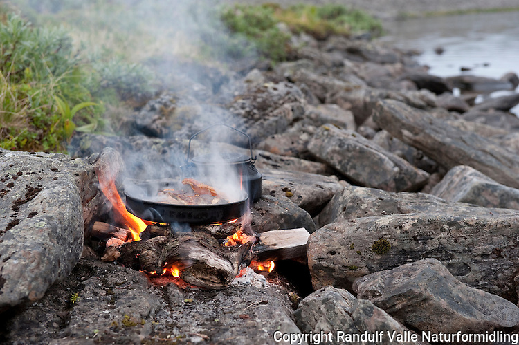 Ørret i stekepanne på bål. ---- Trout in frying pan on camp fire.