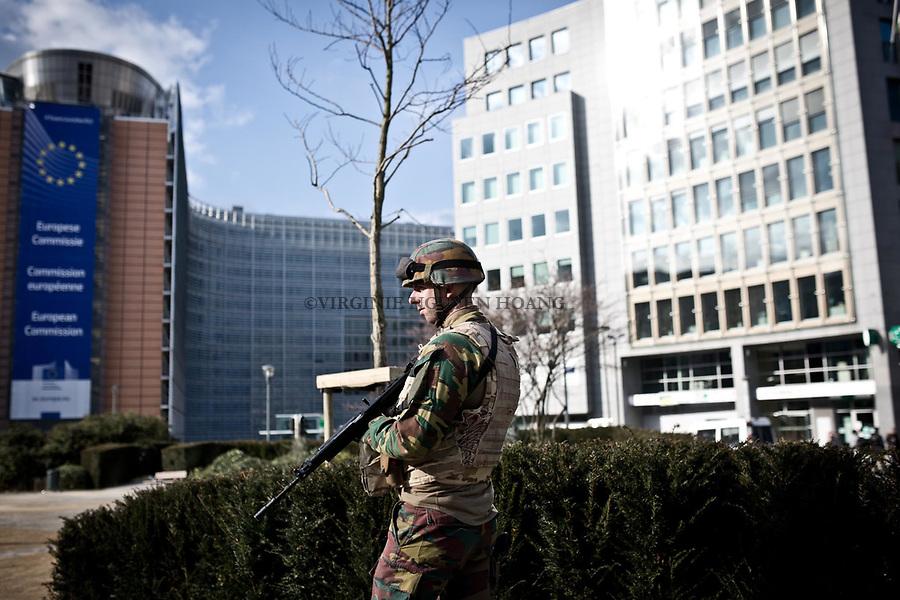 BRUXELLES, BELGIQUE: Des militaires patrouillent dans le quartier européens et périmètre de sécurité de la Commission européenne le 22 mars 2016. Dans la matinée du 22 mars 2016 des attaques ont eu lieu à l'aeroport de Zaventem et dans la station de métro de Mealbeek. Ces attaques terroristes ont fait 31 morts et 340 blessés à Bruxelles.