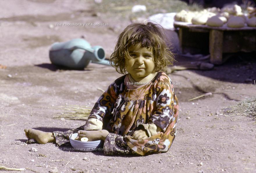 Iran 1974.Camp de réfugiés kurdes à Nelliwan, une petite fille.Iran 1974.Kurdish refugees' camp and a little girl