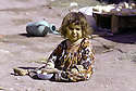 Iran 1974.Camp de réfugiés kurdes à Nelliwan, une petite fille.Iran 1974.Kurdish refugees' camp and a little girl