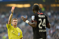 FUSSBALL   1. BUNDESLIGA   SAISON 2013/2014   9. SPIELTAG Hamburger SV - VfB Stuttgart                               20.10.2013 Schiedsrichter Tobias Welz zeigt Antonio Rüdiger (VfB Stuttgart) die Rote Karte