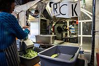 Distribuzione aiuti ai migranti a Calais distribution of aid to migrants cucina, taglio delle zucchine