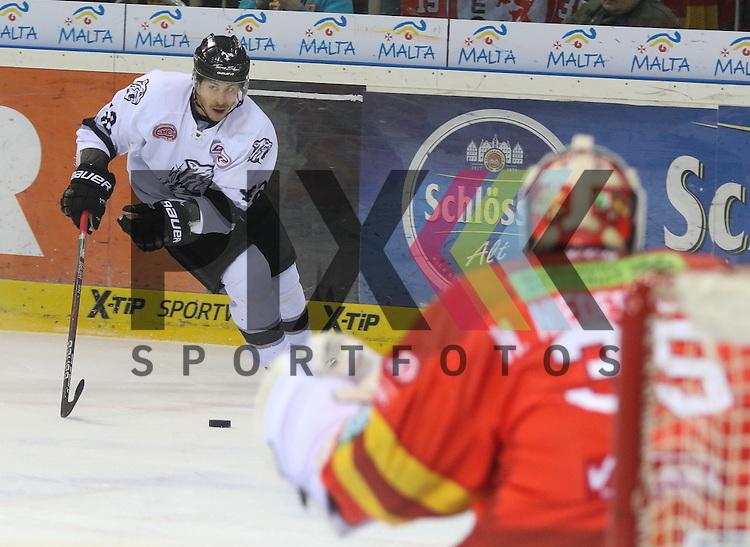 Nuernbergs Yasin Ehliz (Nr.42) zieht aufs Tor von Duesseldorfs Goalie Mathias Niederberger (Nr.35)  beim Spiel in der DEL Duesseldorfer EG (rot) - Nuernberg Ice Tigers (weiss).<br /> <br /> Foto &copy; PIX-Sportfotos *** Foto ist honorarpflichtig! *** Auf Anfrage in hoeherer Qualitaet/Aufloesung. Belegexemplar erbeten. Veroeffentlichung ausschliesslich fuer journalistisch-publizistische Zwecke. For editorial use only.