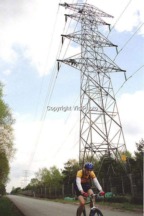Foto: VidiPhoto..SCHAARSBERGEN - Energiebedrijf Nuon laat op dit moment alle hoogspanningsmasten tussen Arnhem en Apeldoorn van een nieuwe verflaag voorzien. Het gaat om een tienjaarlijkse onderhoudsbeurt van de ruim 100 .masten. De kosten zijn begroot op 9 ton. De werkzaamheden boven de weg van Arnhem naar vliegveld Terlet zorgden vrijdag voor nogal wat irritatie bij voorbijgangers. Door de wind kregen ze te maken met een regen van kleine verfspetters. Volgens een woordvoerder van de Nuon zal de ontstane schade .vergoed worden door de aannemer, waarbij de energiemaatschappij zelf zal bemiddelen. De verf is op de lak van auto's eenvoudig te verwijderen, aldus de zegsman....