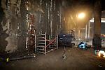 AMSTERDAM - Onder het stationsplein van Centraal Station Amsterdam begint op twintig meter diepte de nieuwe centrale metrohal tussen de Noord/Zuidlijn en de bestaande metrolijnen langzaam vorm te krijgen. De door de Combinatie Strukton Betonbouw en Van Oord ACZ (CSO) gebouwde hal is ontstaan door van bovenaf diepe wanden in de grond aan te brengen en de tussenliggende grond weg te graven. De hal krijgt twee ingangen aan de achterzijde, twee aan de voorzijde van het Centraal Station en één aan de kant van het Damrak. COPYRIGHT TON BORSBOOM