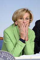 Roma, 13 Dicembre 2013<br /> Palazzo Chigi<br /> Conferenza stampa al termine del Consiglio dei Ministri sull'abolizione del finanziamento pubblico ai partiti e i tagli al costo dell'energia elettrica.<br /> Nella foto Emma Bonino.