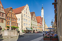Germany, Bavaria, Middle Franconia, Rothenburg ob der Tauber: Herrn Fountain and town houses at lane Herrngasse, at bckground townhall tower | Deutschland, Bayern, Mittelfranken, Rothenburg ob der Tauber: Herrnbrunnen und Buergerhaeuser in der Herrngasse, im Hintergrund der Rathausturm