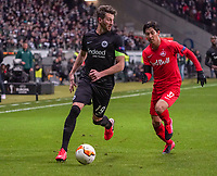David Abraham (Eintracht Frankfurt) gegen Masaya Okugawa (RB Salzburg, #37) - 20.02.2020: Eintracht Frankfurt vs. RB Salzburg, UEFA Europa League, Hinspiel Round of 32, Commerzbank Arena DISCLAIMER: DFL regulations prohibit any use of photographs as image sequences and/or quasi-video.
