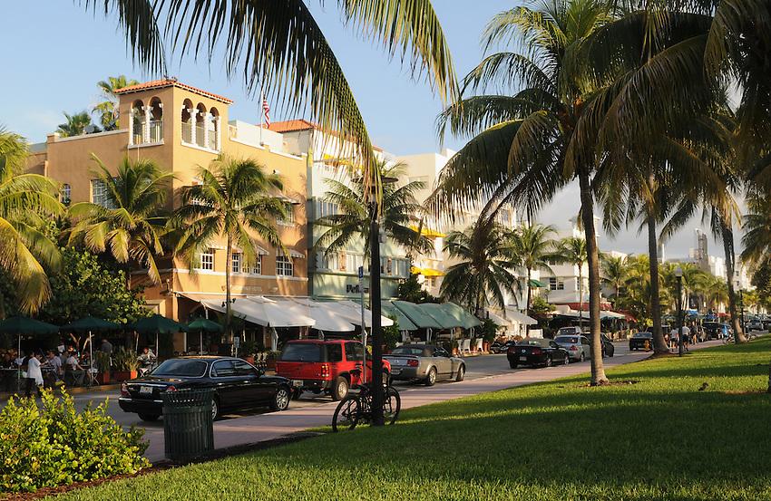 Miami Beach street view, Shore Park Hotel, The News Cafe, South Beach, Ocean Drive at 8th Street, South Beach, Miami Beach Florida