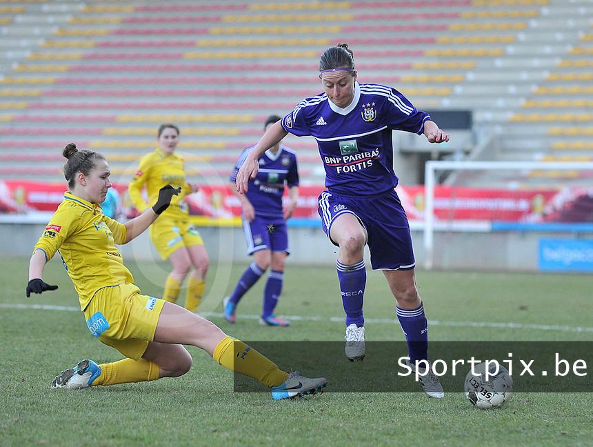Waasland Beveren Sinaai Girls - RSC Anderlecht : de tackle van Marjolein De Donder op Cynthia Browaeys.foto DAVID CATRY / Nikonpro.be