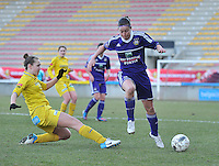 Waasland Beveren Sinaai Girls - RSC Anderlecht : de tackle van Marjolein De Donder op Cynthia Browaeys.foto DAVID CATRY / Nikonpro.be
