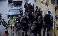 Rio de Janeiro, RJ 15/06/2013 Traficantes das comunidades do Parque Uni&atilde;o e Sem Terra entraram em conflito com policiais do batalhao de choque da policia militar, as comunidades fazem parte do Complexo da Mar&eacute;, situado na zona norte da cidade mesmo com a presen&ccedil;a da for&ccedil;a nacional o clima ficou tenso na regi&atilde;o.<br /> Foto: Ingrid Cristina/ Brazil Photo Press