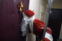 RUSSLAND, Moskau, 12.2007. ©  Sergey Kozmin/EST&OST.Weihnachten mit Vaeterchen Frost. Hausbesuch bei Kindern im Plattenbau. | Christmas with Father Frost. Visiting children in their prefab block flats.